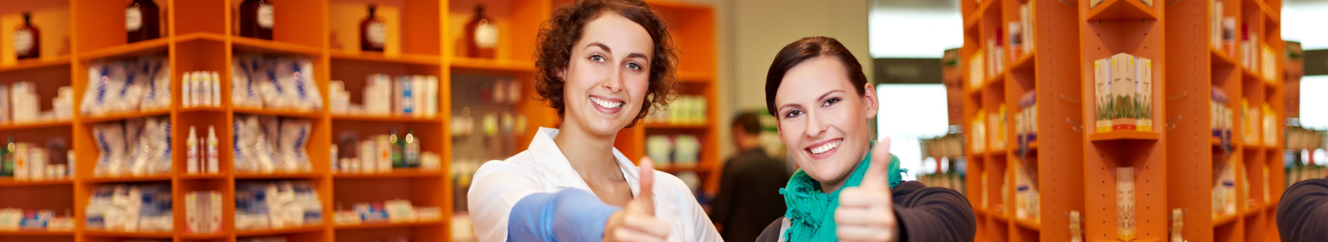 pharmacist and patient doing thumbs up